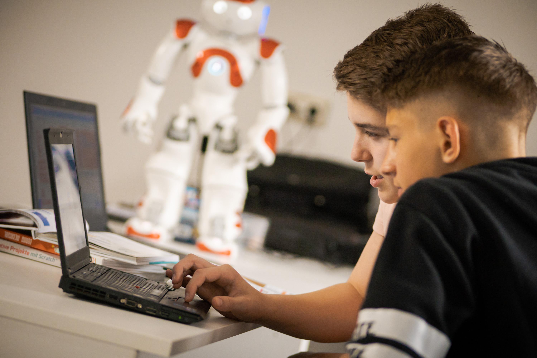 teenager-programmieren-roboter