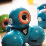 Auf dem Bild ist ein Dash Roboter zu sehen