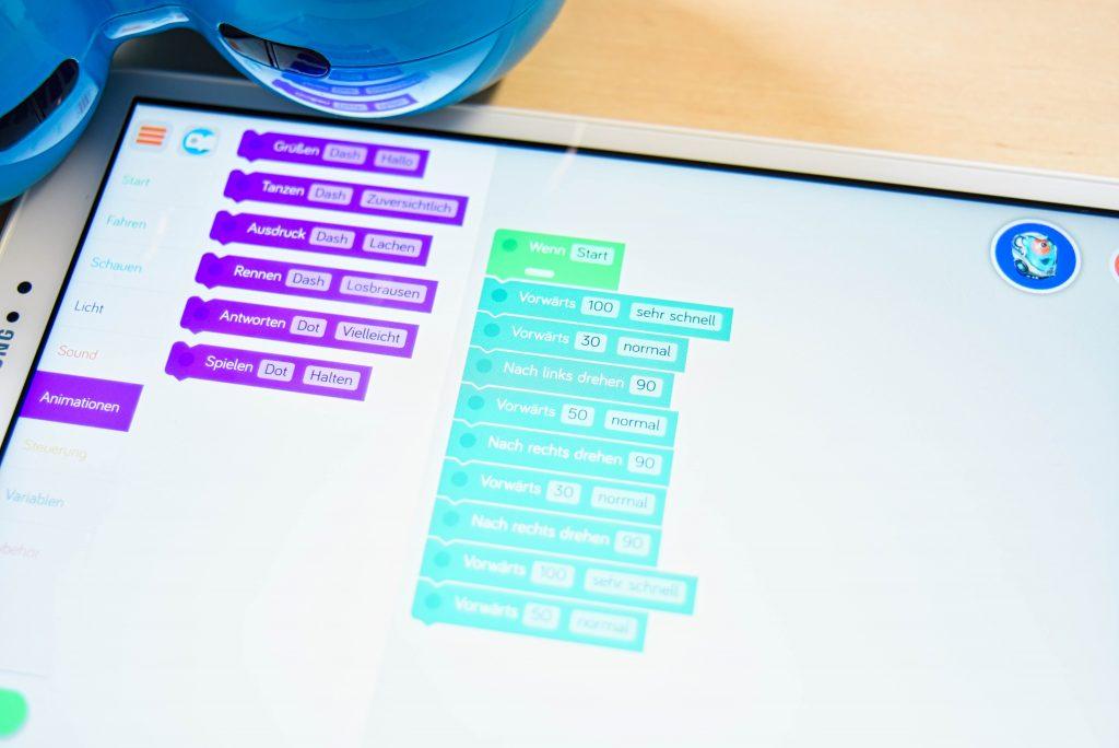 Man sieht ein Tablet mit einem Programm - ähnlich wie Scratch