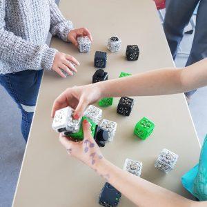 """Kinder bauen aus unseren Cubelets (kleine Würfel mit verschiedenen Sensoren) verschiedene """"Roboter"""" oder andere Sachen, wie z.B. Lampe, selbst fahrendes Auto usw."""