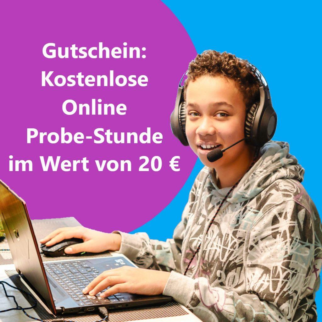 Ein Junge sitzt am Laptop und nimmt an einem Online Kurs teil.