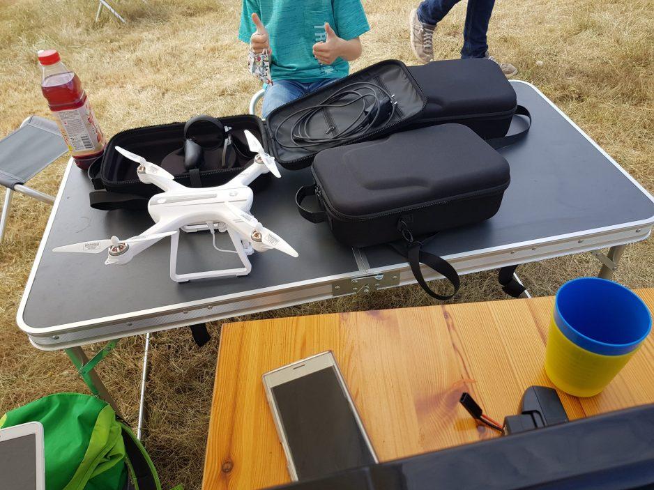 In unseren Feriencamps werden viele Materialien genutzt. Auf dem Bild sind Drohnen und VR-Brillen