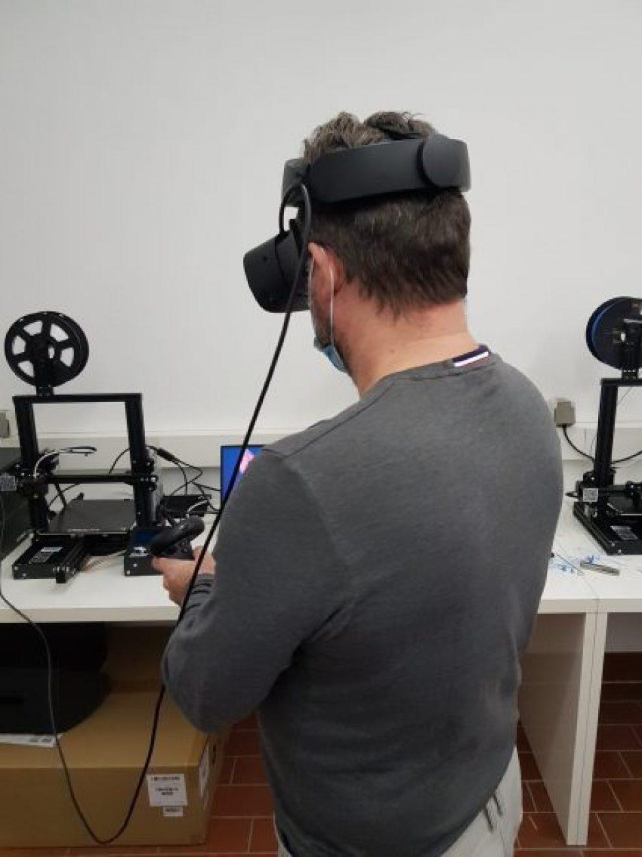 Patrick ist in unserem Schulungsraum und hat VR-Brille an