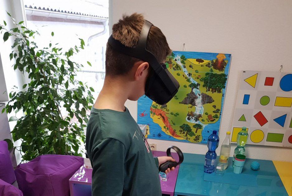 Ein Junge trägt VR-Brille bei Play&Code