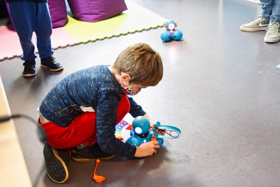 Ein Kind steuert und programmiert einen Dash Roboter