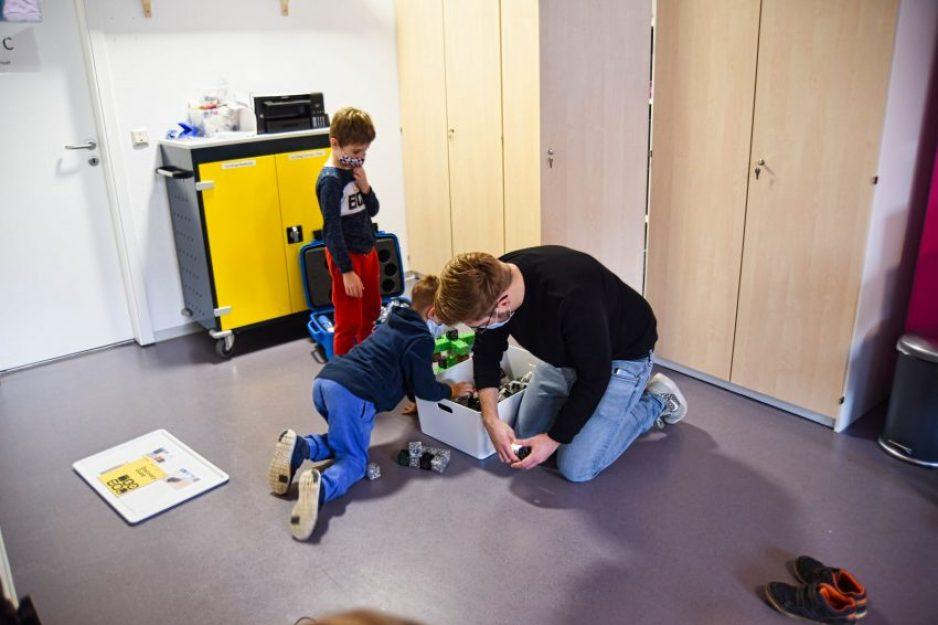 Unser Teamleiter baut mit den Kindern ein selbst fahrendes Auto aus den Cubelets / Programmierwürfeln