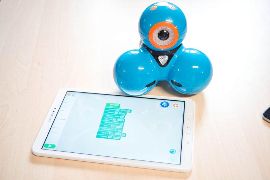 Ein Dash Roboter mit einem Tablet