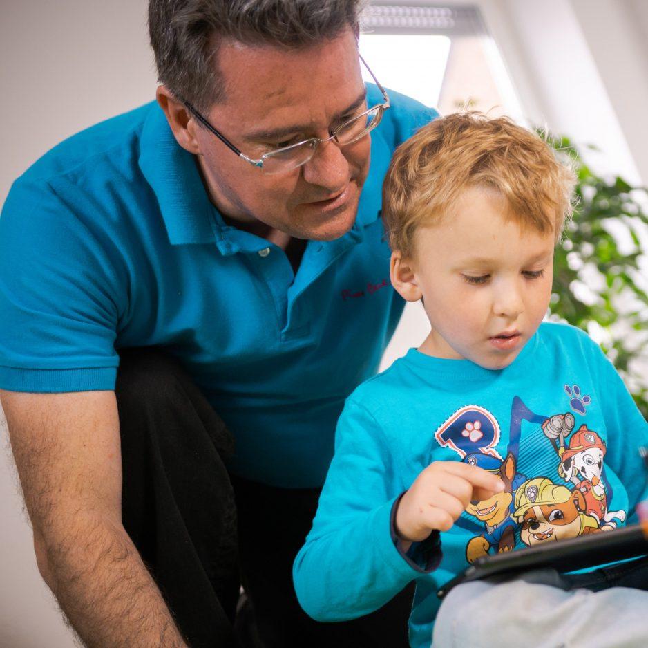Vater mit seinem Kind programmieren gemeinsam