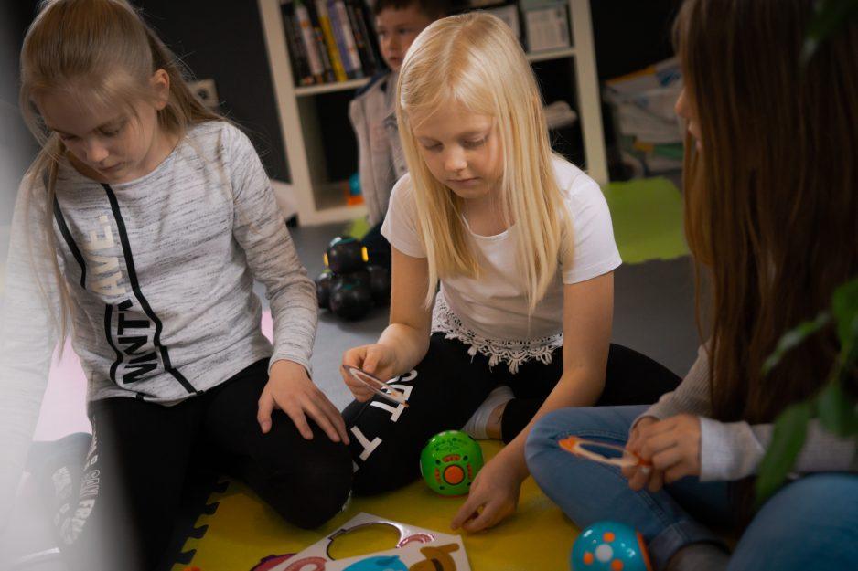 Mädchen beschäftigen sich mit verschiedenen Robotern