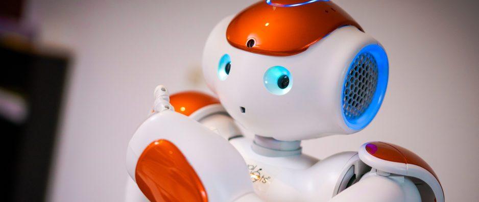 Auf dem Bild ist ein humanoider Roboter Nao